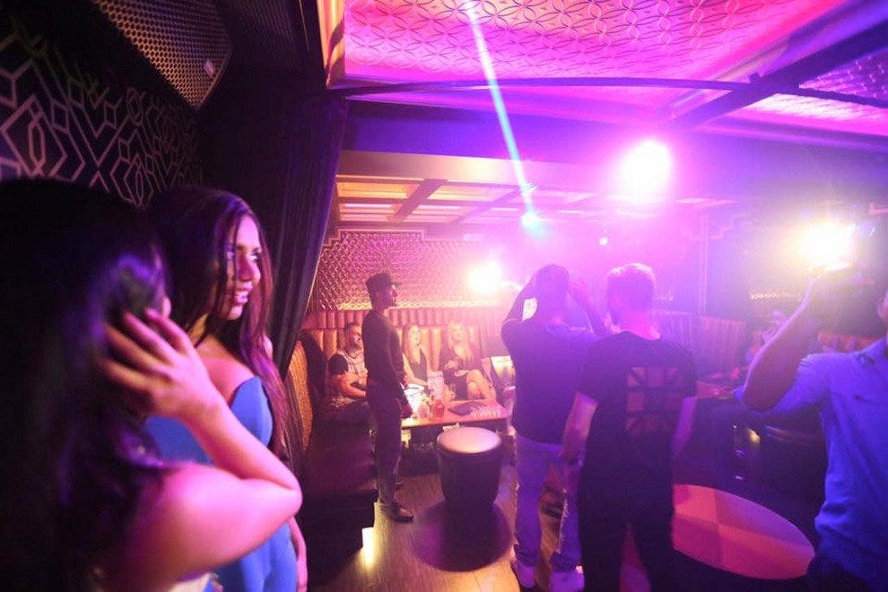 6 Ways to Hussle Your Way Into a Nightclub